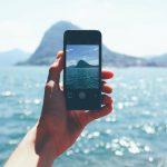 smartfon na tle wody